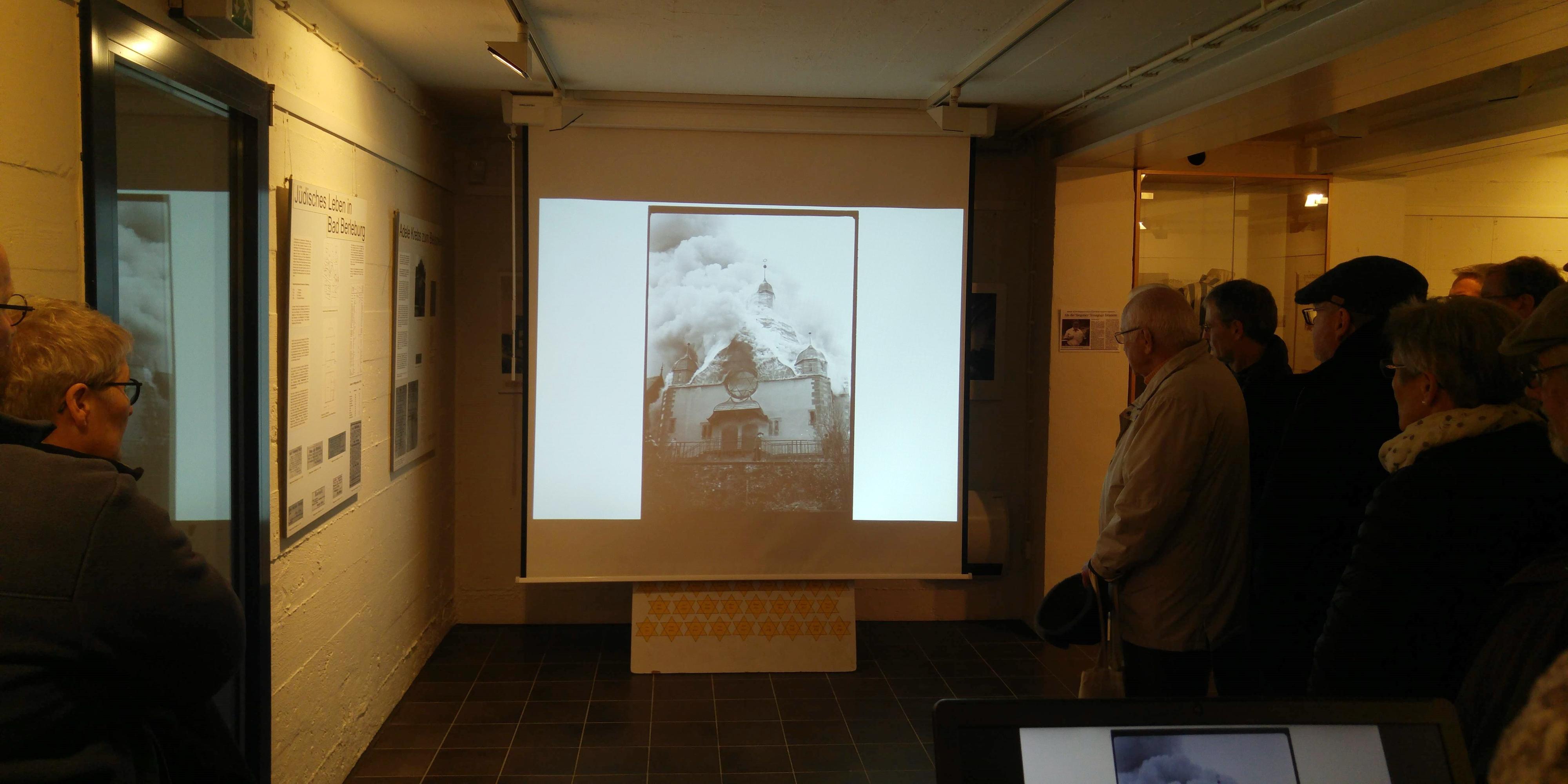 Foto (Wilfried Lerchstein): Vorführung der Bilderserie zur niederbrennenden Synagoge im Aktiven Museum.