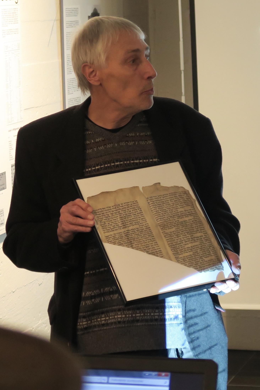 Foto (Hans Walter Klein): Das Original des Thorarollen-Fragments wurde erstmalig gezeigt.
