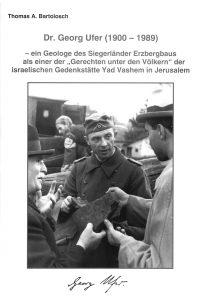 Weißer Hintergrund, Titel in Grau, darunter eine schwarz-weiß Fotografie eines Mannes in Uniform, der einen Stein in der Hand hält und mit zwei weiteren Männern diskutiert.