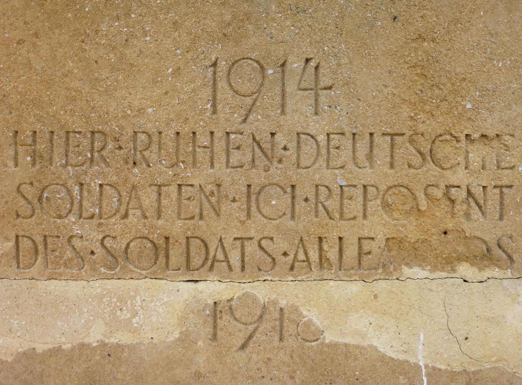 """Ein Stein mit der Inschrift: """"1914. Hier ruhen deutsche Soldaten. Ici reposent des soldats allemands. 1918"""""""
