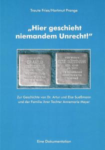 Hellblauer Hintergrund, darauf der Titel in weiß. Ein Bild von zwei Stolpersteinen.