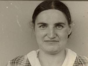 Fotografie einer Frau, brustaufwärts