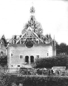 Jüdisches Gotteshaus im Bau. Die Kuppel ist mit Balken hochgezogen, auf der Spitze ein Baum.