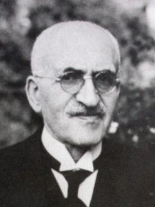 Schwarz-weiß Fotografie eines älteren Mannes mit Brille, Brust aufwärts