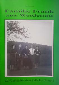 Titel und schwarz-weiß Fotografie. Auf der Fotografie ist eine Familie abgebildet.